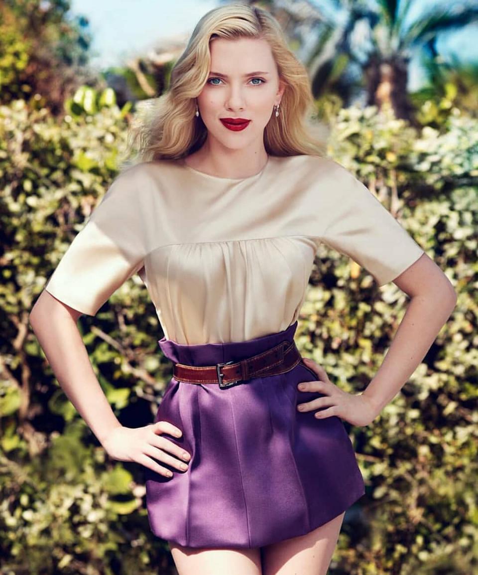 Scarlet Johansson posing